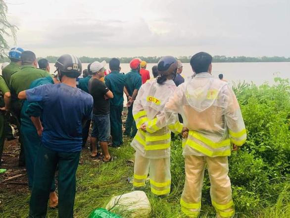 Chìm ghe câu cá ở cửa sông Ba Lai, 2 người chết, 2 người mất tích - Ảnh 2