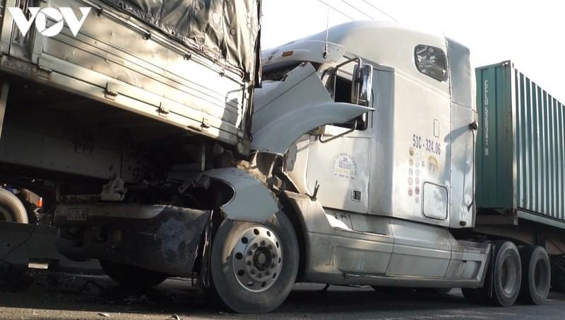 Tin tai nạn giao thông mới nhất ngày 26/8/2020: Hé lộ danh tính nam thanh niên bị xe đầu kéo cán tử vong - Ảnh 1