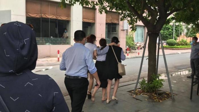 Vụ bé gái 6 tuổi rơi từ tầng 12 xuống đất tử vong ở Hà Nội: Xót xa lời kể của nhân chứng  - Ảnh 1
