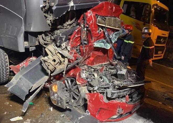 Chùm ảnh hiện trường vụ xe container đè bẹp ô tô con khiến 3 người chết ở Hà Nội - Ảnh 2