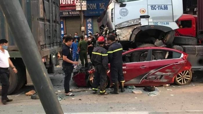 Chùm ảnh hiện trường vụ xe container đè bẹp ô tô con khiến 3 người chết ở Hà Nội - Ảnh 3