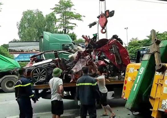 Chùm ảnh hiện trường vụ xe container đè bẹp ô tô con khiến 3 người chết ở Hà Nội - Ảnh 5