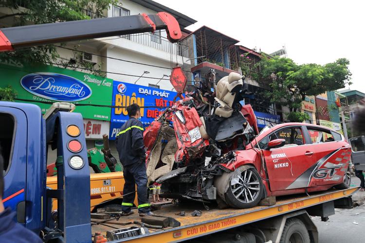 Chùm ảnh hiện trường vụ xe container đè bẹp ô tô con khiến 3 người chết ở Hà Nội - Ảnh 6