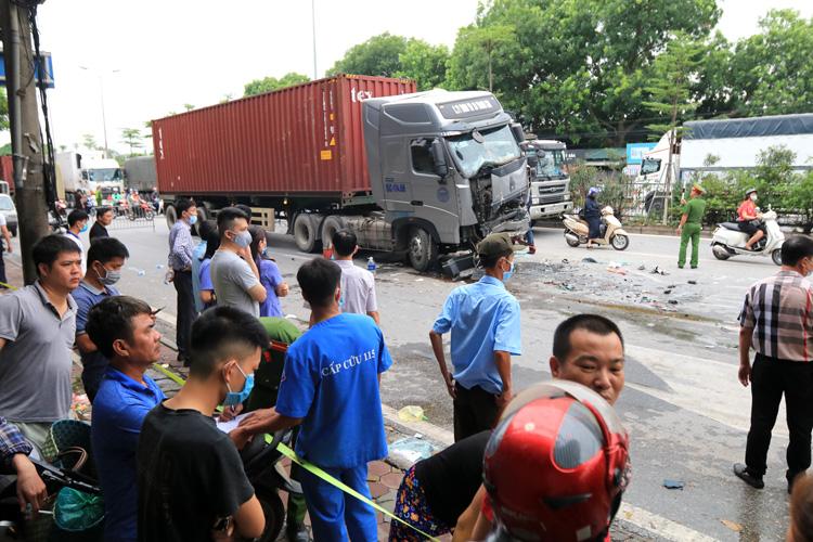 Chùm ảnh hiện trường vụ xe container đè bẹp ô tô con khiến 3 người chết ở Hà Nội - Ảnh 7