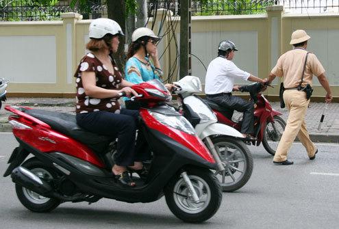 Từ năm 2020, lỗi xe máy không gương bị phạt bao nhiêu tiền? - Ảnh 1