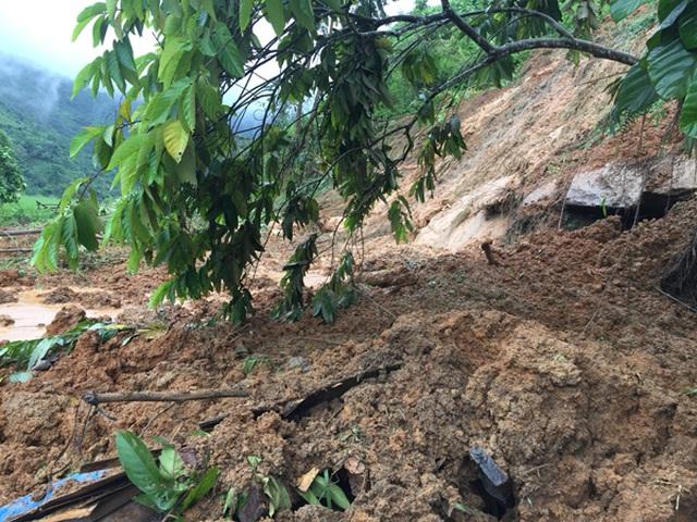 Ngủ trong lán trông gia súc, 2 vợ chồng ở Lào Cai bị núi lở đè tử vong - Ảnh 1