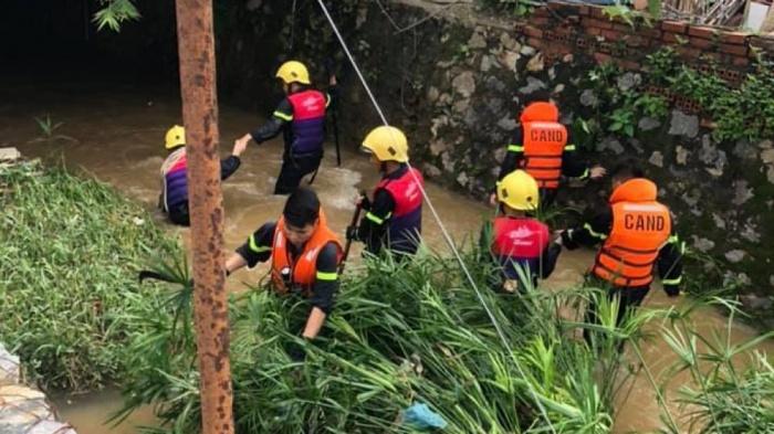Vụ người đàn ông nhảy khỏi xe máy, ngã xuống suối: Tìm thấy thi thể nạn nhân - Ảnh 1