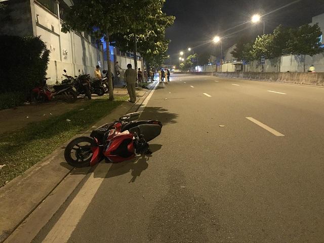 Tin tai nạn giao thông mới nhất ngày 12/9/2020: Xe máy trượt dài trên đường ở Sài Gòn, thanh niên tử vong tại chỗ - Ảnh 1
