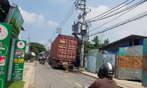 Tin tai nạn giao thông mới nhất ngày 12/9/2020: Xe máy trượt dài trên đường ở Sài Gòn, thanh niên tử vong tại chỗ - Ảnh 2