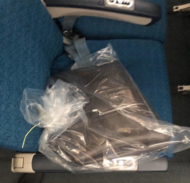 Hành khách bỏ quên gần 300 triệu đồng trên máy bay - Ảnh 1