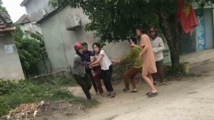 Vụ người phụ nữ bị đánh đập, lột đồ, kéo lê trên đường ở Nghệ An: Nạn nhân tiết lộ nguyên nhân - Ảnh 1