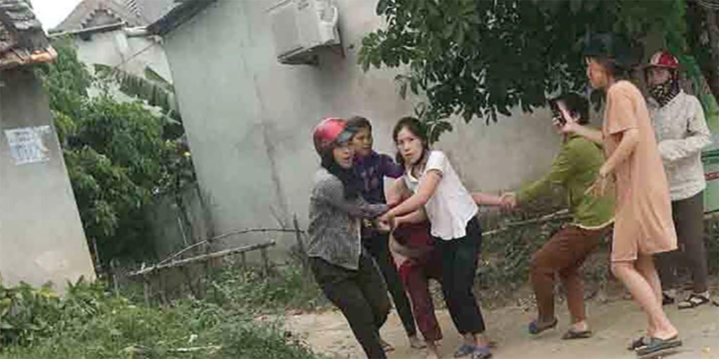 Hé lộ chân dung người phụ nữ bị đánh đập, lột đồ và kéo lê giữa đường ở Nghệ An - Ảnh 1
