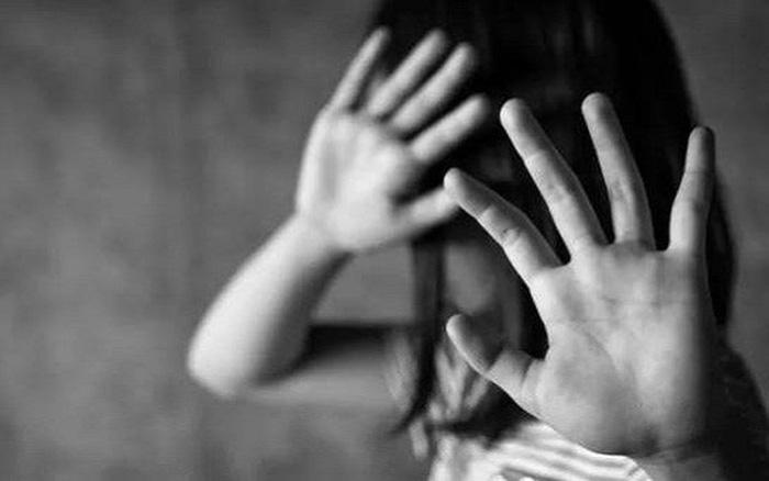 Phẫn nộ người đàn ông 57 tuổi dùng dây thừng trói, hiếp dâm 2 bé gái hàng xóm - Ảnh 1