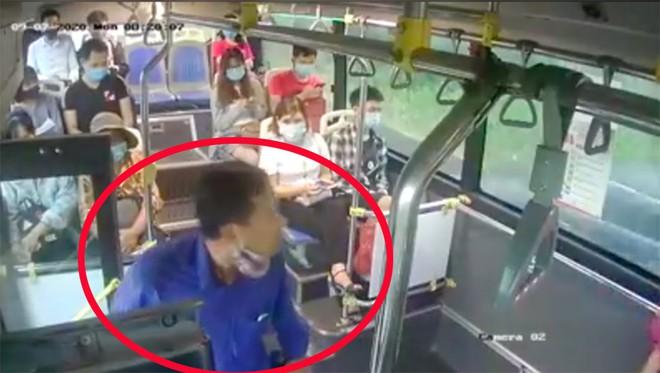 Tình tiết mới nhất vụ người đàn ông nhổ nước bọt vào nữ phụ xe buýt - Ảnh 1