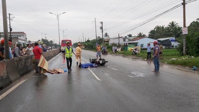 Tin tai nạn giao thông mới nhất ngày 20/9/2020: Một cô gái tử vong dưới gầm xe ô tô trên quốc lộ 1A - Ảnh 1