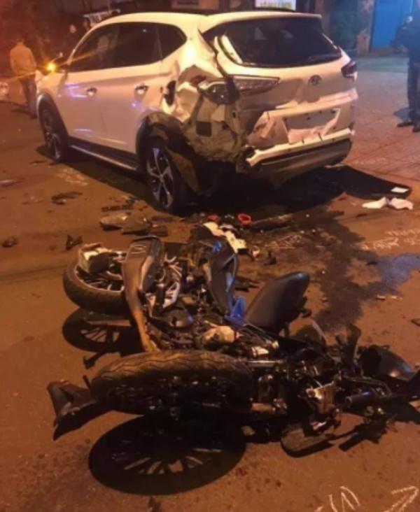 Tông vào ô tô bên đường, 2 thanh niên đi xe máy tử vong tại chỗ - Ảnh 1