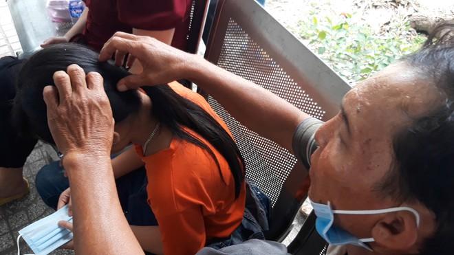 Nguyên nhân vụ 3 nữ sinh dùng mũ bảo hiểm đánh nữ sinh lớp 6, mặc nạn nhân van xin - Ảnh 2