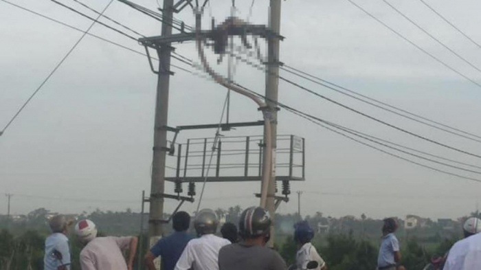 Nửa đêm mất điện, sáng sớm tá hỏa phát hiện xác người đàn ông đội mũ bảo hiểm, chân đi giầy vàng trên cột điện - Ảnh 1