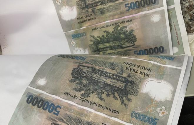 Vụ triệt phá điểm sản xuất tiền giả ở Cần Thơ: Thu giữ máy móc, các khổ giấy in hình tiền - Ảnh 1