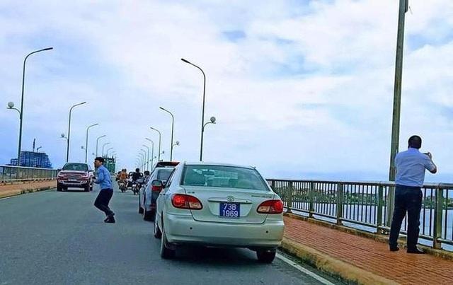 Vụ xe biển xanh dừng trên cầu Nhật Lệ: Thứ trưởng bộ Xây dựng gửi lời xin lỗi - Ảnh 1