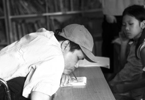 Chuyện về người thầy khuyết tật viết chữ bằng miệng, dạy học miễn phí cho trẻ em nghèo - Ảnh 1
