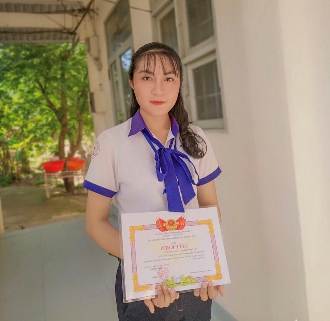 Cô học trò nghèo sống bên người mẹ khuyết tật và ước mơ giảng đường đại học  - Ảnh 1