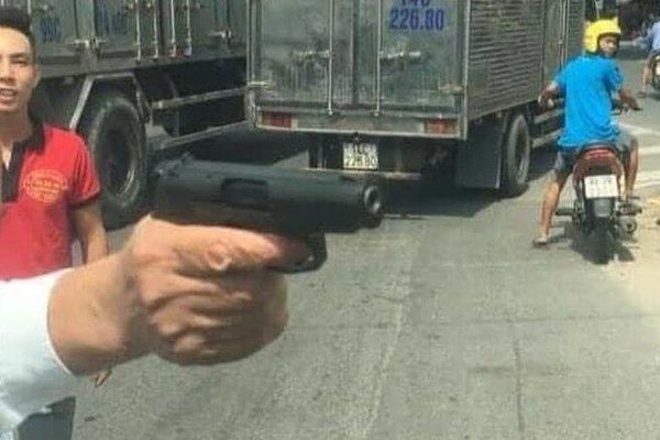 Bắt khẩn cấp giám đốc rút súng dọa bắn người đi đường ở Bắc Ninh - Ảnh 1