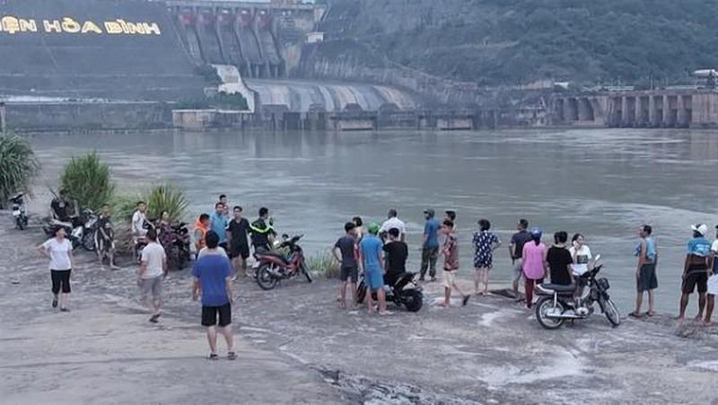 Vụ nam sinh lớp 11 mất tích khi tắm sông Đà: Tìm thấy thi thể nạn nhân - Ảnh 1