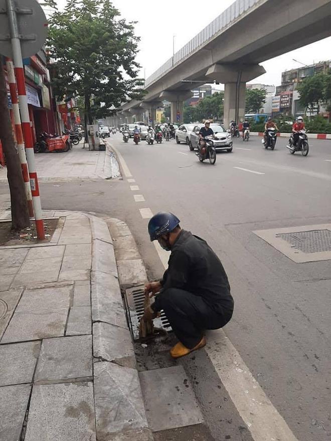 """""""Bác tài"""" hì hục lau vết dầu loang trên phố Hà Nội gây sốt cộng đồng mạng - Ảnh 2"""