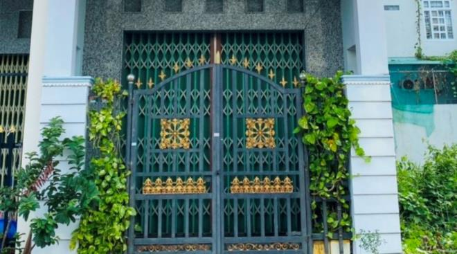 Vụ thi thể giáo viên nước ngoài trong căn nhà thuê ở Cà Mau: Công an phá cửa kiểm tra - Ảnh 1