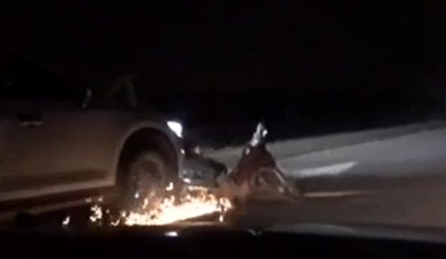 Tai nạn giao thông ngày 16/1: Tài xế lái ô tô say xỉn kéo lê xe máy tóe lửa trên đường - Ảnh 1