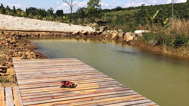 Vụ bé gái tử vong vì rơi xuống hồ nước: Bạn chạy về tìm người lớn ứng cứu nhưng không kịp - Ảnh 1