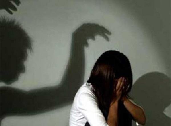 """Vụ mẹ trình báo con gái 14 tuổi mang thai: """"Yêu râu xanh"""" 5 lần giao cấu với nạn nhân - Ảnh 1"""