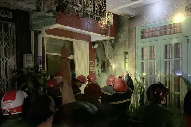 Cháy nhà dữ dội lúc nửa đêm, 7 người mắc kẹt - Ảnh 2