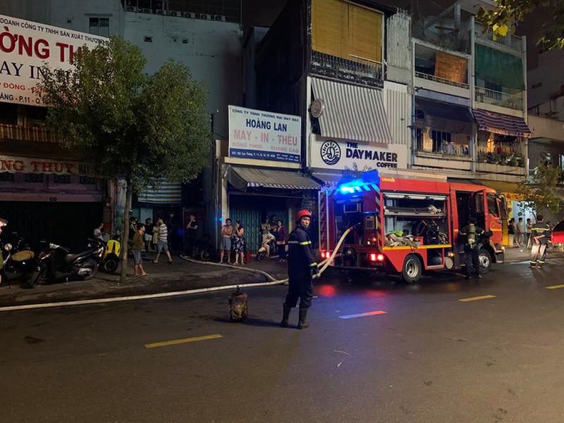 Cháy nhà dữ dội lúc nửa đêm, 7 người mắc kẹt - Ảnh 1