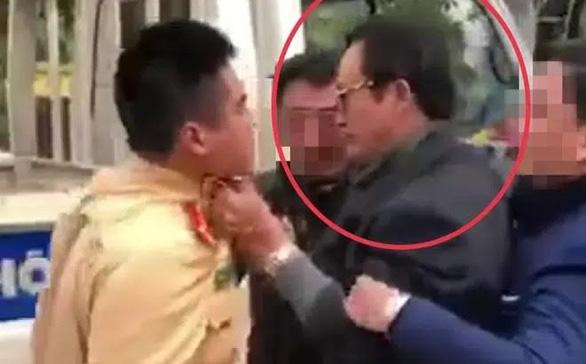 Chi cục trưởng Chi cục Dân số túm cổ áo CSGT bị tước giấy phép lái xe, phạt 35 triệu đồng - Ảnh 1