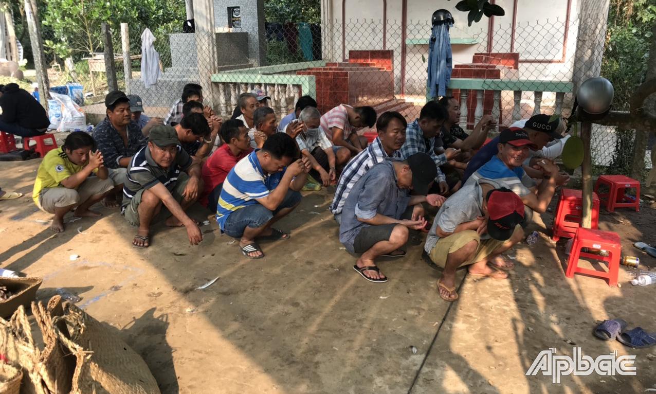 Công an nổ súng phá trường gà ở Tiền Giang: Thu 11 con gà đá, 499 triệu đồng - Ảnh 1