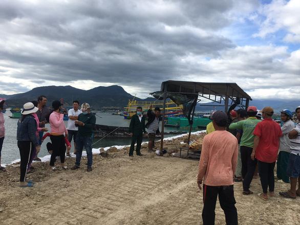 Tàu cá va đá ngầm ở Cam Ranh, 2 ngư dân tử vong và mất tích - Ảnh 1