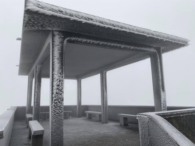 Nhiệt độ xuống -2 độ C, Cao Bằng, Lạng Sơn băng giá phủ kín nhiều nơi - Ảnh 3
