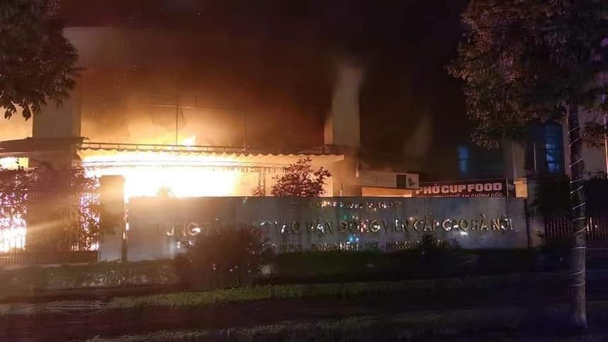 Trung tâm đào tạo vận động viên cao cấp bốc cháy dữ dội tối 30 Tết  - Ảnh 1