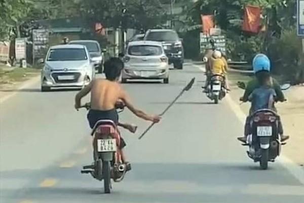 """Xôn xao clip """"quái xế"""" chạy xe máy bằng chân, cầm dao """"phóng lợn"""" diễu phố ở Tuyên Quang - Ảnh 1"""