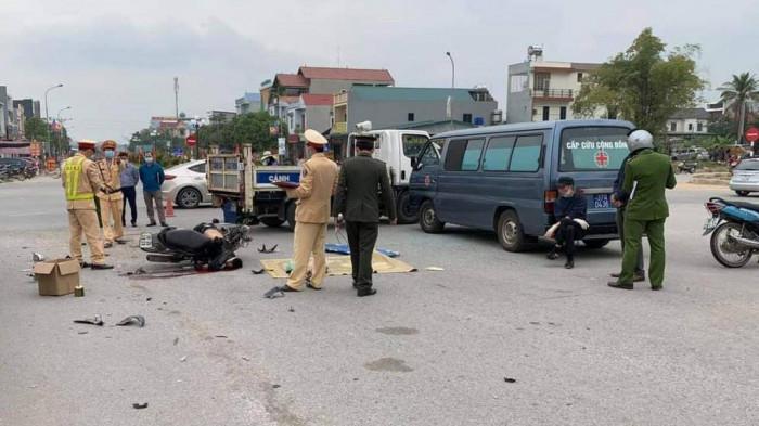 Hiện trường vụ tai nạn khiến thanh niên tử vong tại chỗ giữa ngã tư ở Tam Đảo - Ảnh 1