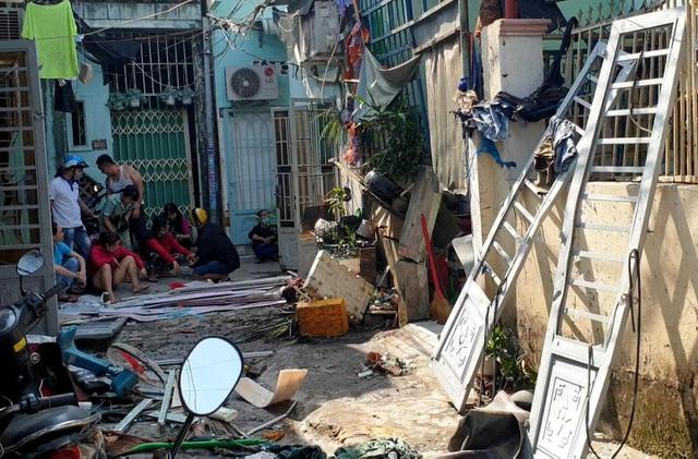 Vụ căn nhà phát nổ, 2 người nguy kịch ở Bình Dương: Chủ nhà vừa mở cửa thì bị hất văng ra ngoài - Ảnh 1