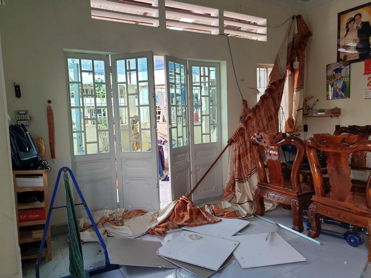Vụ căn nhà phát nổ, 2 người nguy kịch ở Bình Dương: Chủ nhà vừa mở cửa thì bị hất văng ra ngoài - Ảnh 3