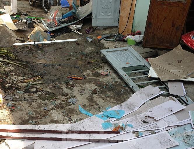 Vụ căn nhà phát nổ, 2 người nguy kịch ở Bình Dương: Chủ nhà vừa mở cửa thì bị hất văng ra ngoài - Ảnh 2