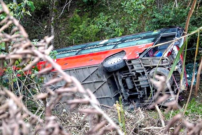 Tin tai nạn giao thông ngày 28/2: Xe tải tông đuôi xe khách, 1 người chết, 7 người bị thương - Ảnh 2
