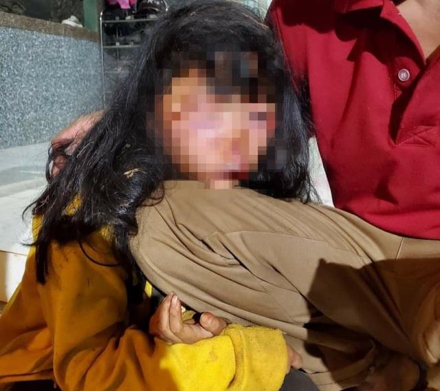 Xót xa gia cảnh của bé gái lớp 6 bị kẻ lạ mặt bí ẩn đánh sưng húp mặt, bất tỉnh trong lô cao su - Ảnh 1