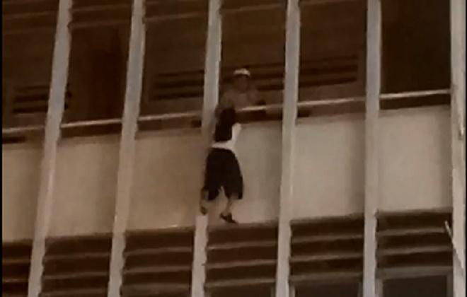 Vụ clip cứu nữ sinh đu lan can tầng 3 ở TP.HCM: Hé lộ nguyên nhân - Ảnh 1
