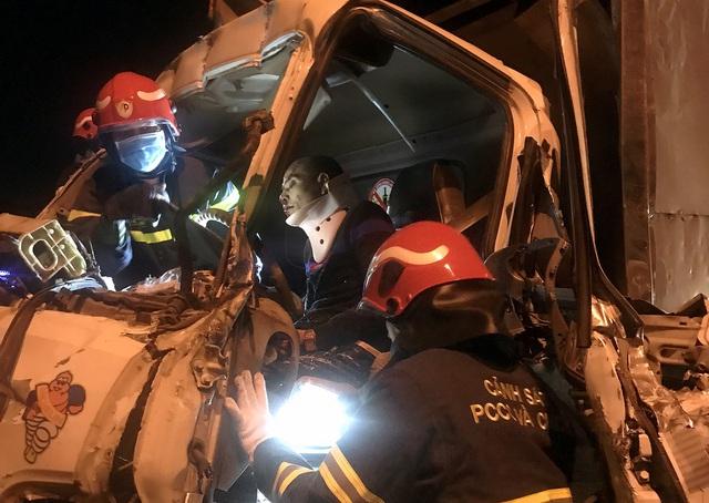 Xe tải đâm kinh hoàng vào xe đầu kéo trên cầu Thanh Trì, 3 người mắc kẹt trong cabin - Ảnh 1