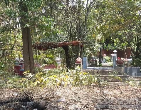 Vụ người đàn ông tá hỏa phát hiện bạn nhậu ngồi chết trong nghĩa địa: Nạn nhân sống lang thang - Ảnh 1